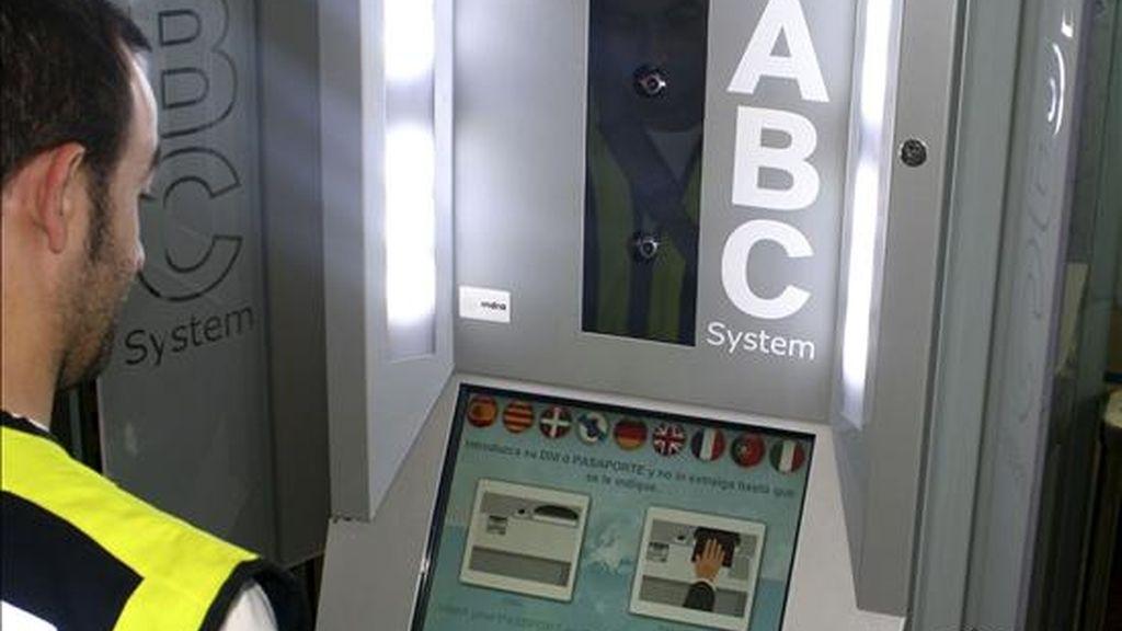 Más de 10.300 viajeros han utilizado ya los nuevos controles de fronteras automáticos instalados desde mayo en los aeropuertos de Madrid y Barcelona, un sistema que ahorra tiempo y esperas, ya que el viajero apenas tarda 20 segundos en validar su pasaporte o DNI electrónico y pasar el puesto fronterizo. EFE/MINISTERIO DEL INTERIOR