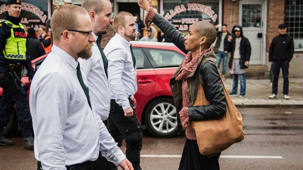 Tess Asplund, plantando cara ante una marcha de la extrema derecha