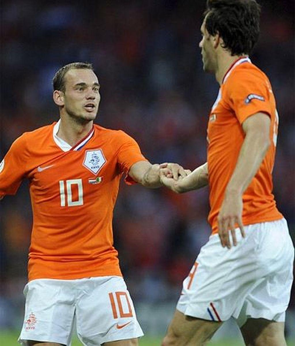 Los protagonistas del encuentro celebran el gol