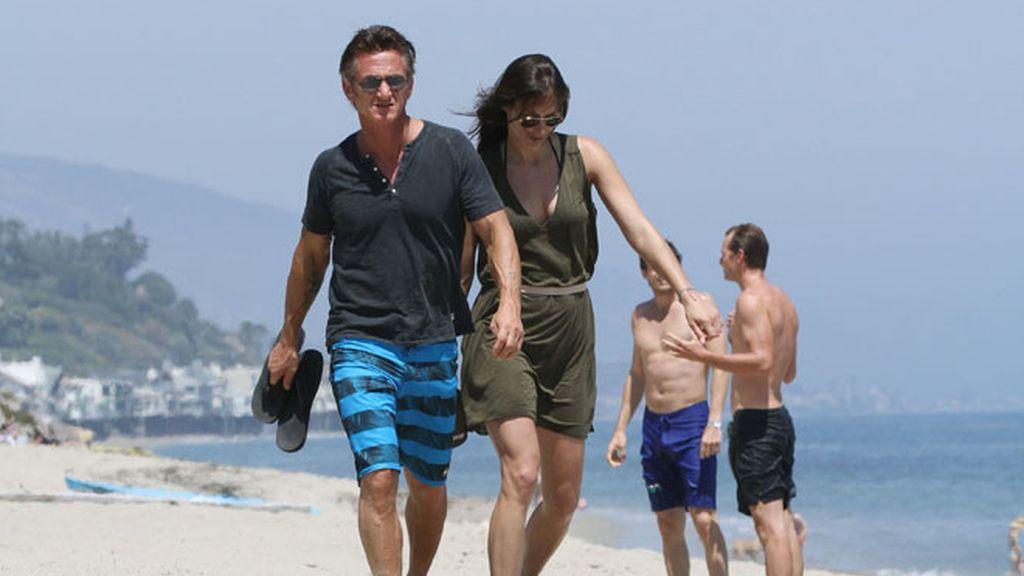 Sean Penn, en la playa con nueva chica