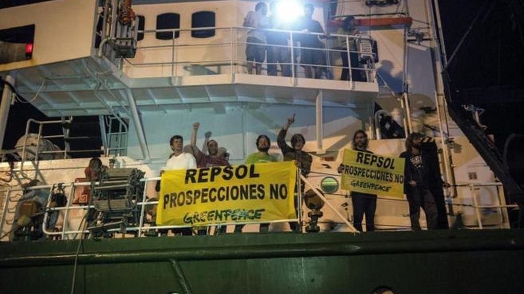 Retenido en barco de Greenpeace que se enfrenta a las prospecciones en Canarias