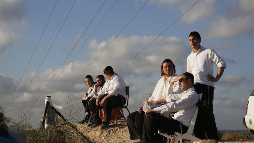 Jóvenes ortodoxos judíos contemplan desde Sderot los bombardeos israelíes sobre Gaza