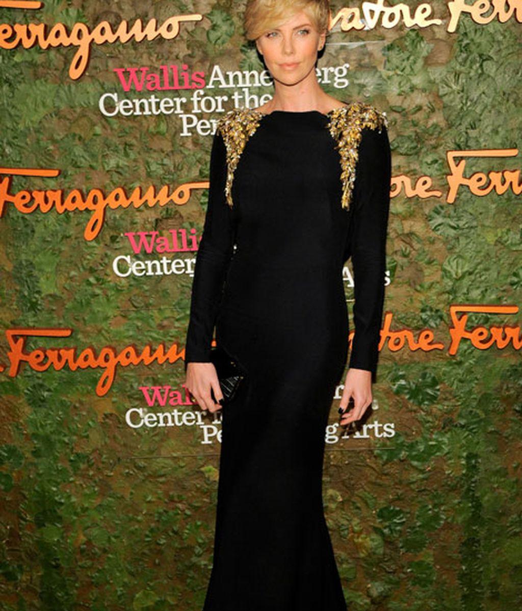 Charlize Theron eligió un vestido negro de Alexander McQueen