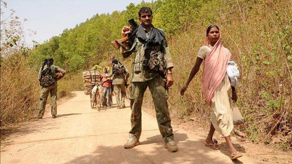 Agentes de las Fuerzas de Seguridad indias vigilan tras un encontronazo con maoistas que intentaban boicotear la jornada electoral en Basadera, a unos 65 kilómetros de Jamshedpur, Jharkhand (India) ayer, 23 de abril. EFE