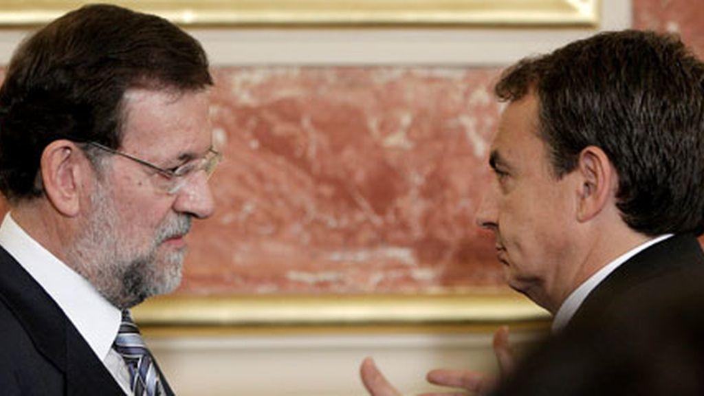 Mariano Rajoy conversa con José Luis Rodríguez Zapatero
