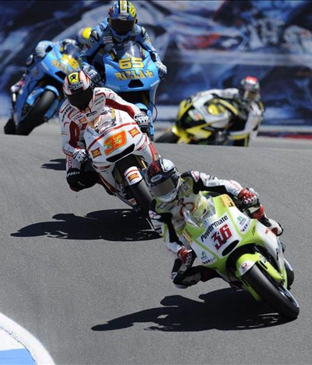 El finlandés Mika Kallio, del equipo Pramac Racing Team (d); el italiano Marco Melandri, de San Carlo Honda Gresini, y Loris Capirossi, de Rizla Suzuki MotoGP (arriba), conducen sus motocicletas este 23 de julio. EFE