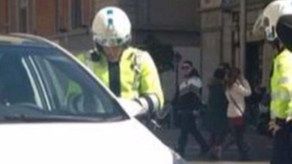 Un agente de movilidad multa a Esperanza Aguirre