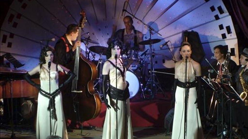 El grupo español Divinas (integrado por las hermanas Carla y Marta Mora e Irene Ruiz) durante su actuación en El Cairo, bajo el patrocinio de la Embajada española en Egipto, que ha lanzado un proyecto para intentar recuperar el ambiente cultural que caracterizaba a los clubes nocturnos de la capital egipcia en la década de los 50 y los 60. EFE