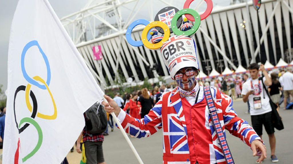Un hombre con la cara pintada y vestido con ropa con los colores de la Union Jack llega a la ceremonia de apertura de los Juegos Olímpicos