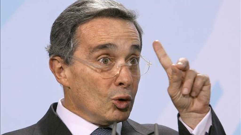 Uribe dijo en una entrevista que publica hoy el matutino El Colombiano, de Medellín, que durante sus recientes estancias en Washington se enteró de que compatriotas suyos viajaron a Estados Unidos a advertir del supuesto plan golpista suyo. EFE/Archivo