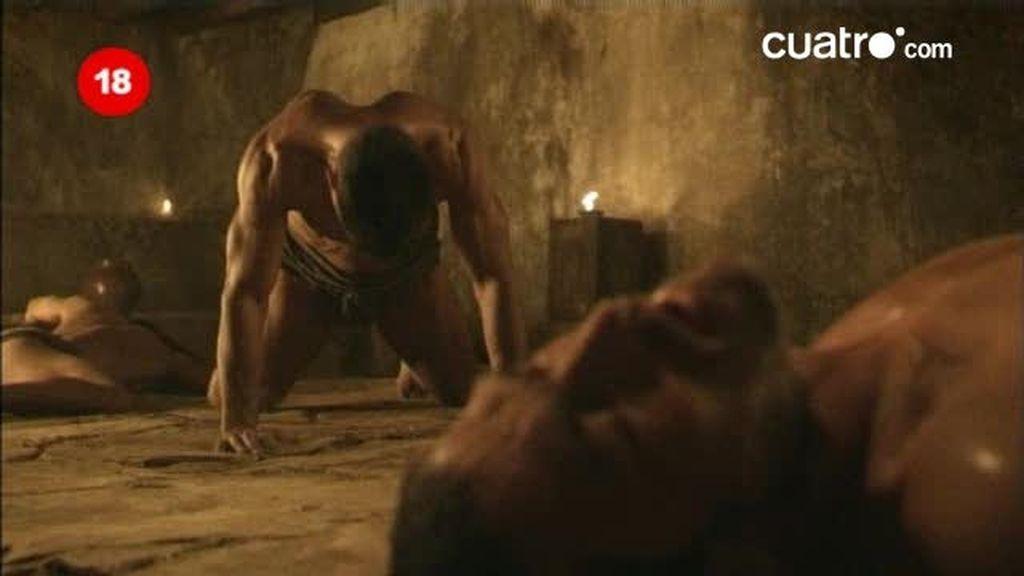 Crixus le salva la vida a Espartaco