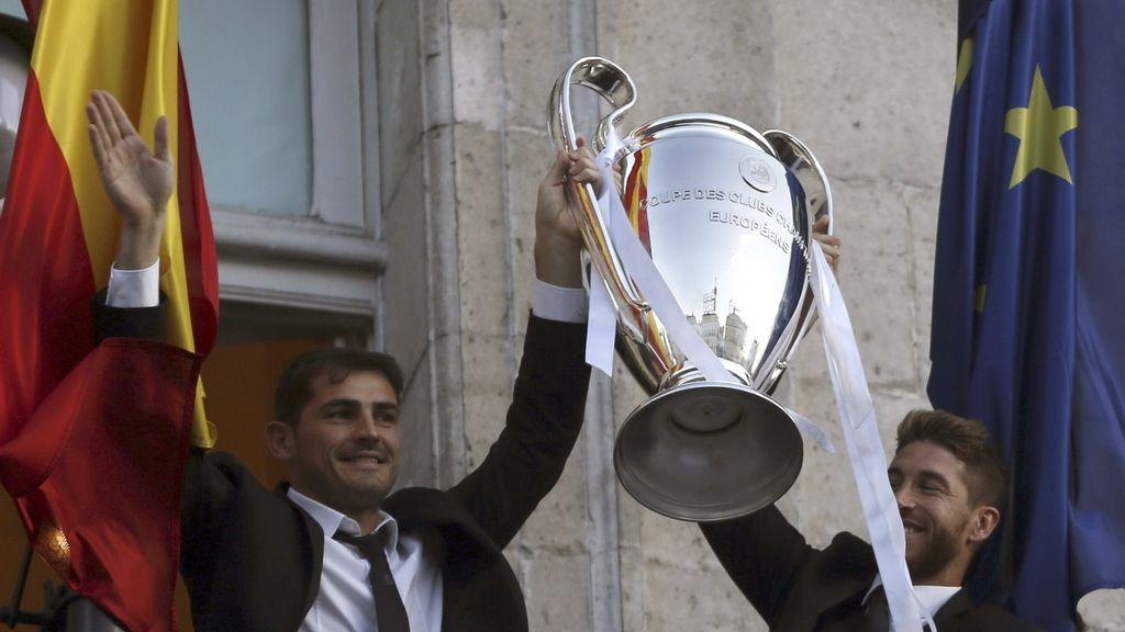Los capitanes ofrecen el título de campeones a todos los madridistas