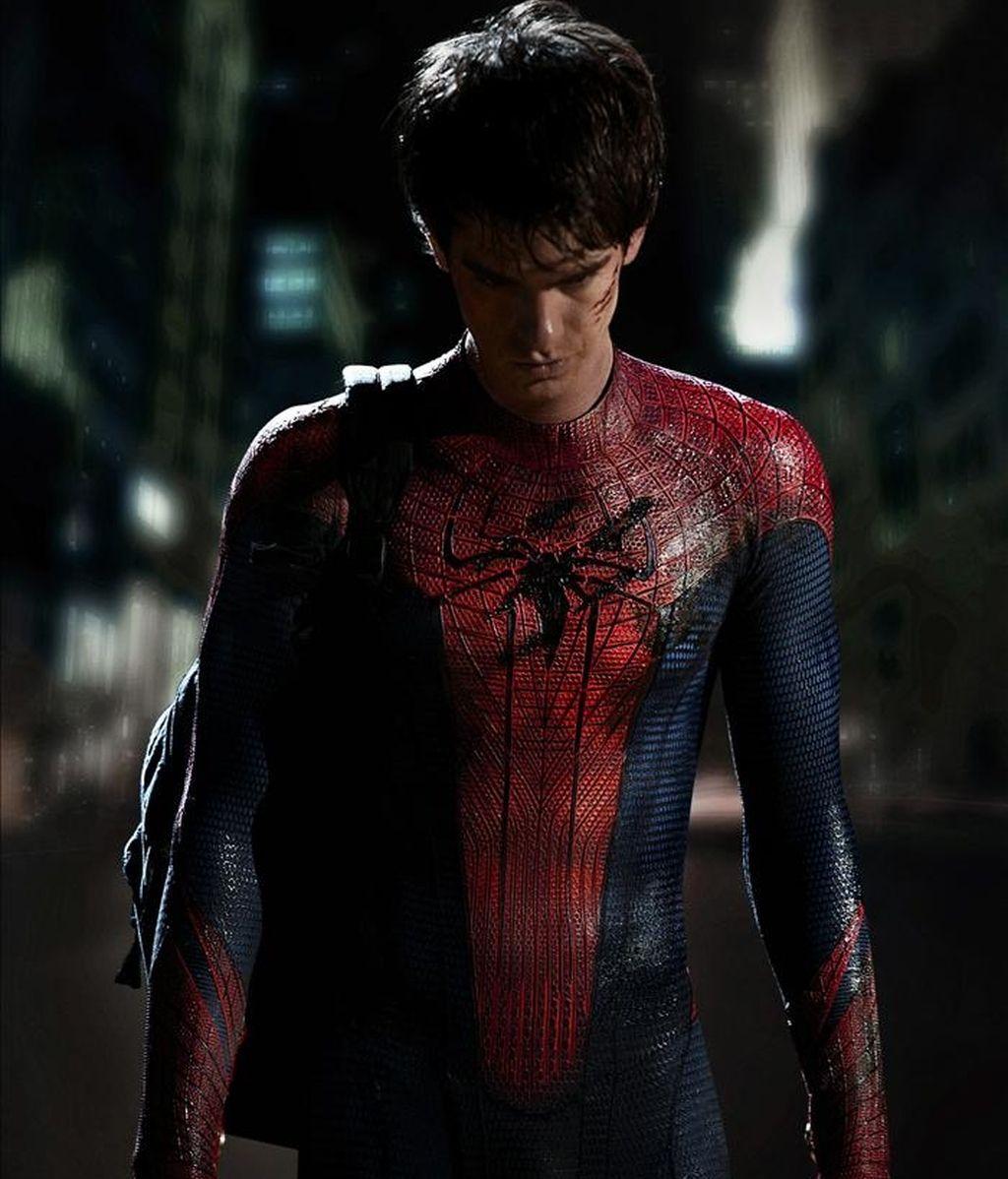 Andrew Garfield, que se ha hecho mundialmente conocido como el empollón de la película de Facebook, estrenará traje para encarnar a Spider-Man en la cuarta entrega de la saga cinematográfica, donde se podrá ver a un hombre araña más delgado, esbelto y moderno. EFE