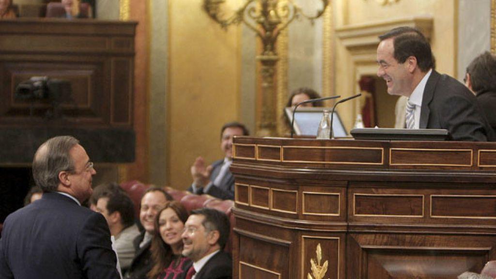Forentino Pérez saluda al Presidente del Congreso, José Bono, ante la atenta mirada de 'La Oreja de Van Gogh'