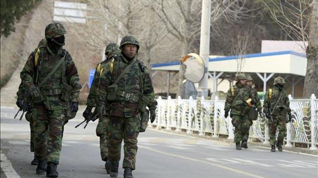 Soldados surcoreanos patrullan hoy por las calles de la isla de Yeonpyeong, Corea del Sur. La tensión sigue subiendo por las advertencias de Corea del Norte, que ha anunciado que atacará si los ejercicios militares conjuntos de EEUU y Corea del Sur violan su territorio. EFE