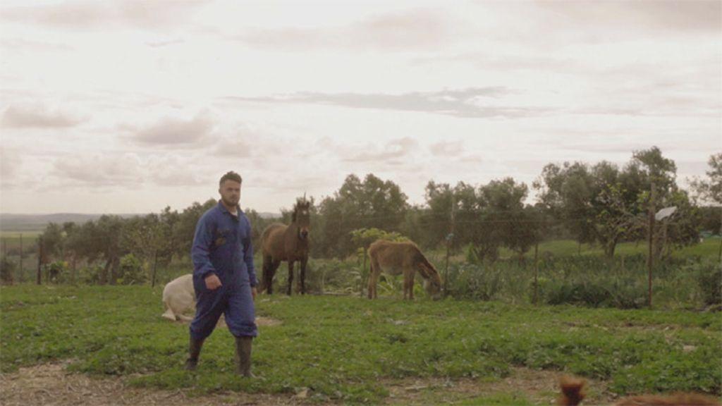 Apasionado de las cabras, quiere un amor para toda la vida