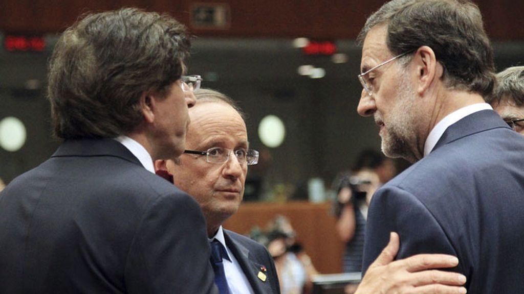 El presidente español Mariano Rajoy conversa con el presidente francés François Hollande y con el primer ministro belga Elio Di Rupo