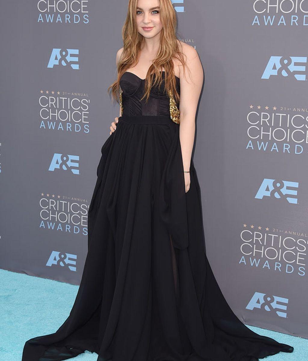 Alexa Losey con vestido negro palabra de honor