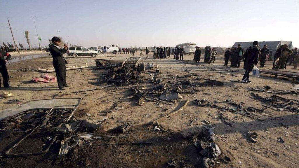 Iraquíes se acercan hasta el escenario de un atentado suicida perpetrado en enero pasado en Kerbala (sur de Irak). EFE/Archivo