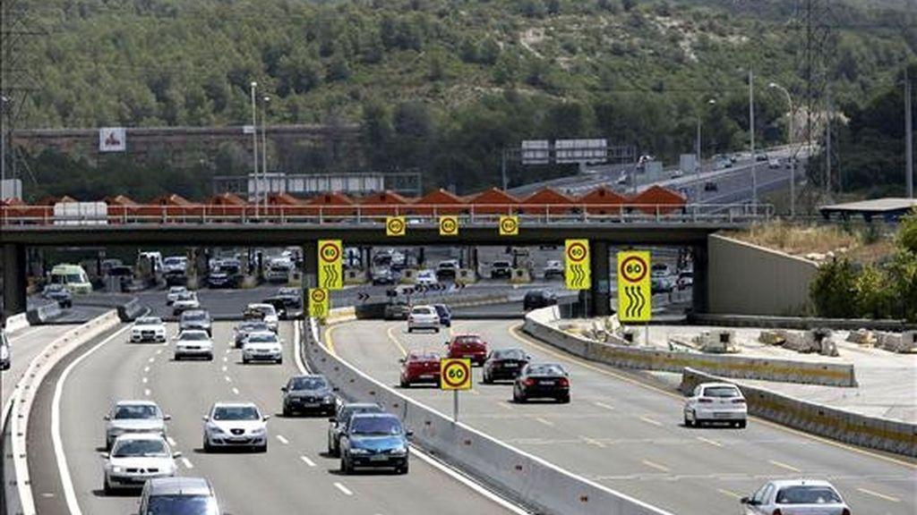 Los vehículos transitan con fluidez hoy por el peaje de Tarragona durante la operación de salida de vacaciones de agosto. EFE