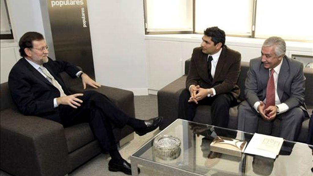 El presidente del PP, Mariano Rajoy (i), junto al responsable de los populares en Andalucía, Javier Arenas (d), durante la reunión que mantuvo hoy con el padre de la niña Mari Luz -asesinada en Huelva en enero de 2008-, Juan José Cortés. EFE