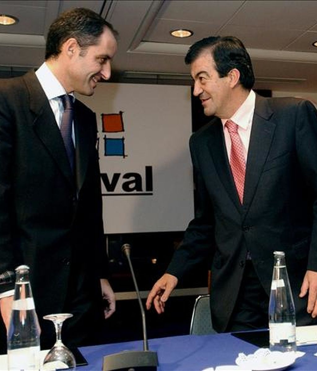El presidente de la Generalitat, Francisco Camps (I) junto a Francisco Álvarez Cascos. EFE/Archivo