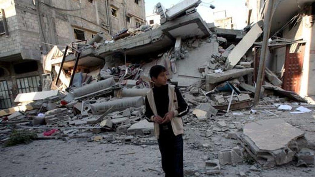 Un palestino pasa entre los escombros de una casa destruida durante un ataque israelí con misiles, en el barrio de Sheikh Redwan de Gaza. Foto: EFE