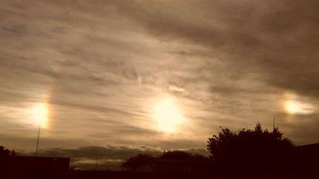 Tres soles iluminan el cielo de un ciudad argentina