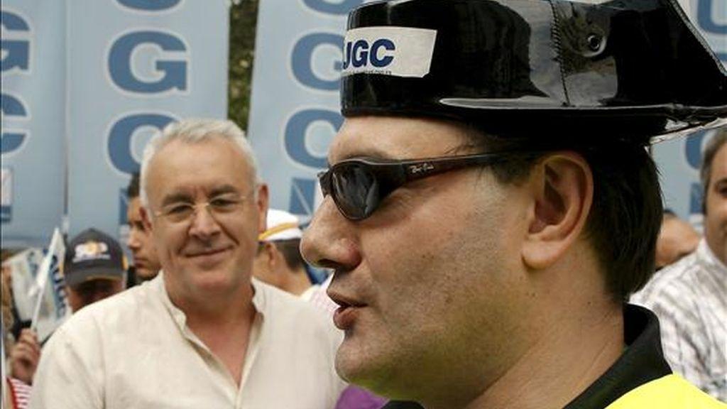 """El coordinador general de Izquierda Unida, Cayo Lara (i), durante la manifestación convocada por las asociaciones de guardias civiles, en la que miles de personas están participando hoy en un ambiente festivo, y que transcurre desde este mediodía por la calles de Madrid entre gritos de """"Rubalcaba, dimisión"""", """"Zapatero, embustero"""" o """"No somos, esclavos, somos funcionarios"""". EFE"""
