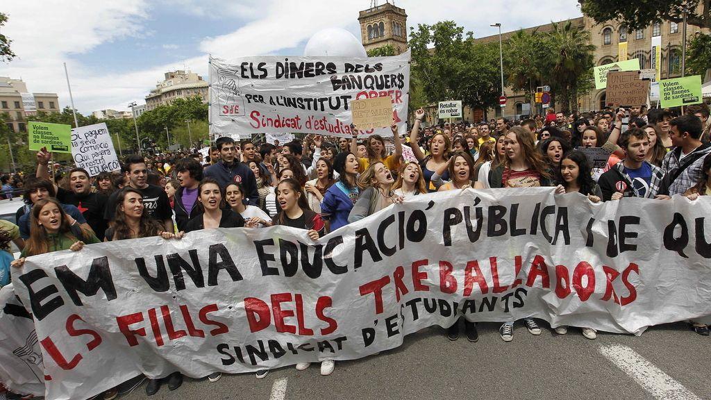 Estudiantes se manifiestan contra los recortes en Barcelona