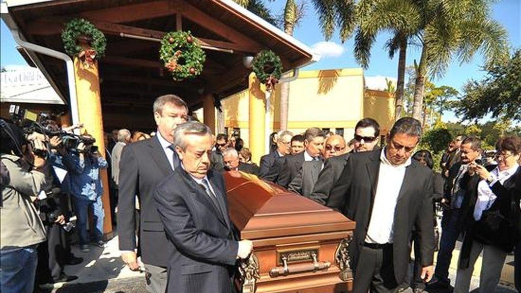 Fotografía del 29 de diciembre de 2010 en la que se observa a compañeros y familiares al cargar el féretro del ex presidente venezolano Carlos Andrés Pérez después de la ceremonia celebrada en la iglesia católica St. Thomas en Miami, Florida (EEUU). EFE/Archivo