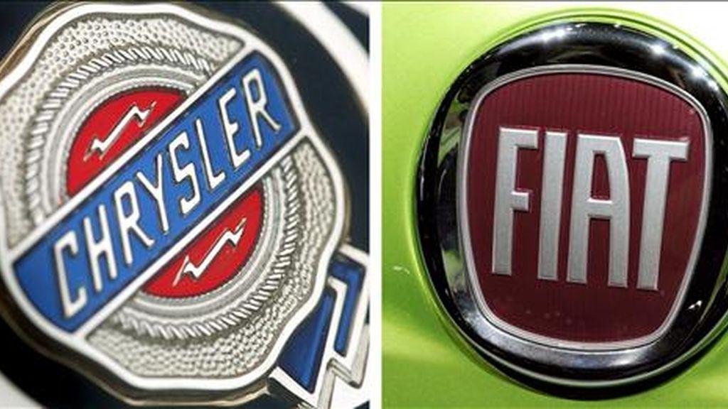 Combo de dos fotografías de archivo en la que se ve el logo de la constructora estadounidense de carros Chrysler (i), tomada el 19 de febrero de 2007 en Frankfurt (Alemania), y el logo de la italiana Fiat, tomada el 24 de septiembre de 2008, en Hanover. EFE