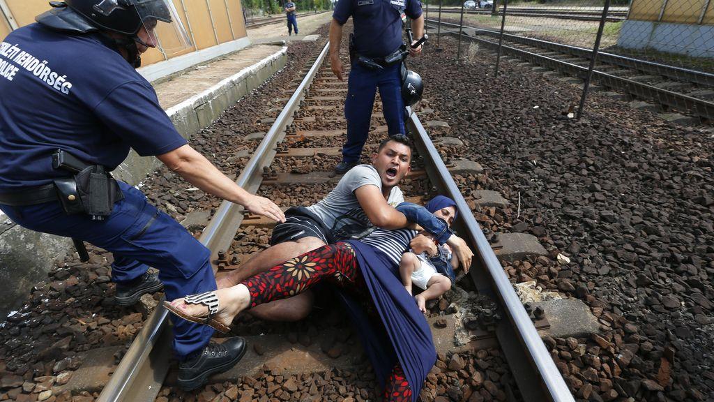 La Policía húngara obliga a bajar del tren a los refugiados que se dirigían a Austria