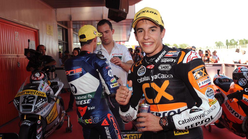 Marquez celebra ante la cámara su pole en Catalunya