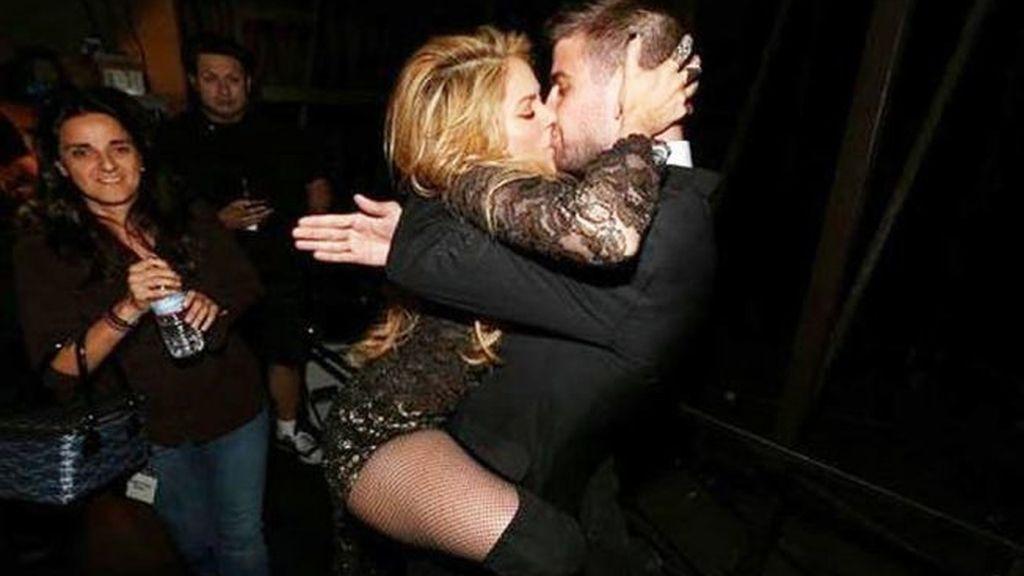 Fogoso beso en Las Vegas: Shakira se lanzó a los brazos de Piqué