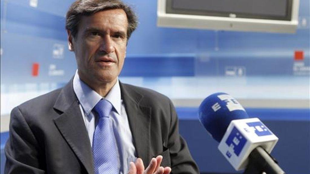 El cabeza de lista del PSOE a los comicios europeos, Juan Fernando López Aguilar, durante la entrevista con Efe en la que rechaza tajantemente que un mal resultado el 7 de junio justifique un adelanto de las generales y, por ello recuerda al PP que el Gobierno es una cuestión resuelta desde hace un año y que no está en juego en estas elecciones. EFE