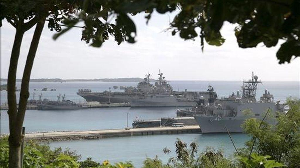 Fotografía facilitada hoy, que muestra a buques de los Estados Unidos y Japón realizando maniobras militares conjuntas en la base naval estadounidense en Okinawa (Japón) ayer. EFE