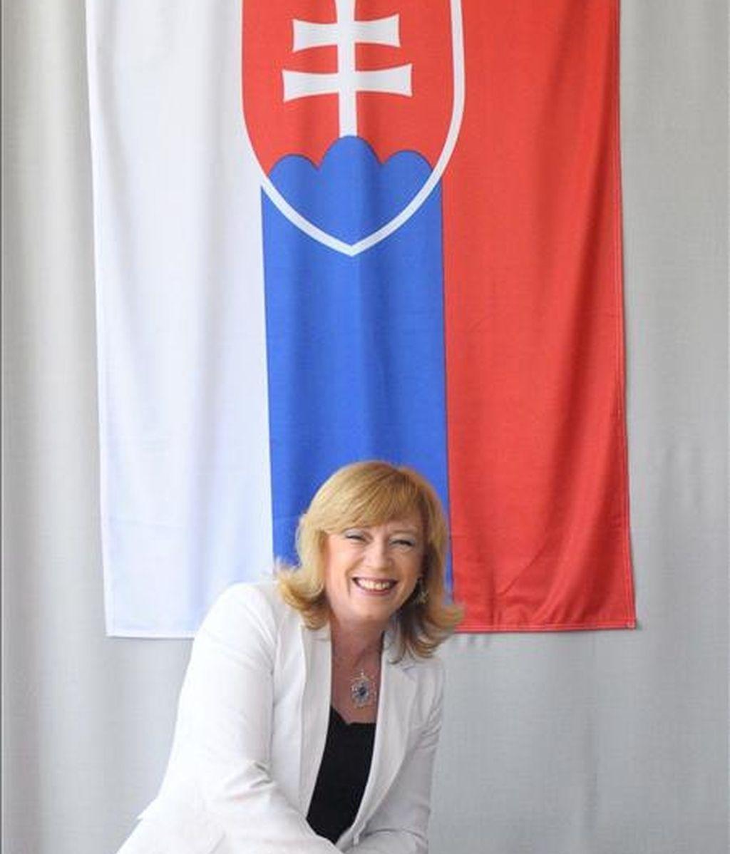 La candidata presidencial Iveta Radicova, deposita hoy su voto en un colegio electoral de Nova Dedinka (Eslovaquia), durante la segunda vuelta de las elecciones presidenciales eslovacas. EFE