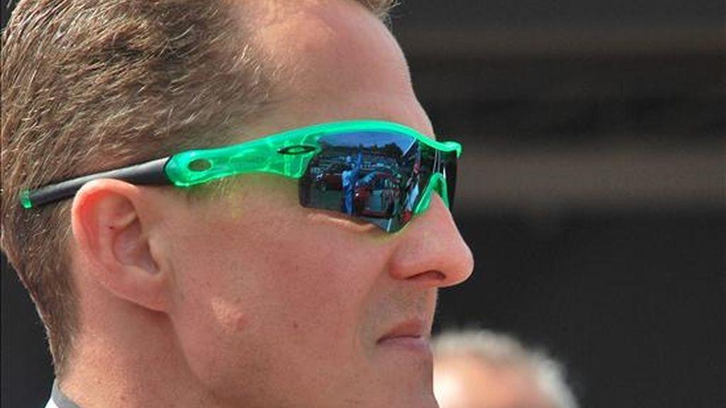 El piloto alemán Michael Schumacher, heptacampeón mundial de Fórmula Uno, celebra tras ganar las pruebas del Desafío Internacional de las Estrellas, ayer 28 de noviembre, en Florianópolis (Brasil). EFE