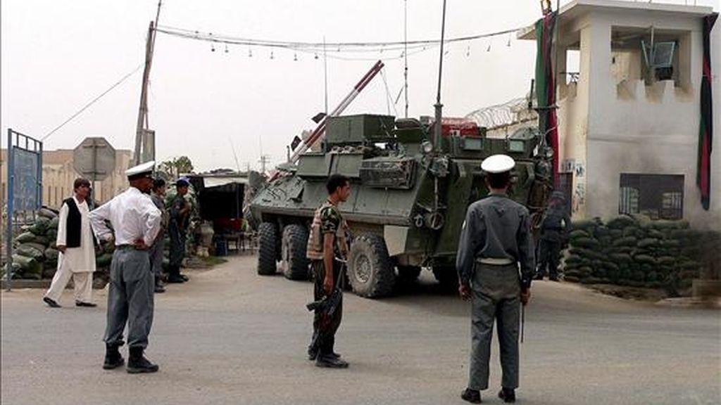 Policias afganos vigilan las afueras de una comisaría de la sureña ciudad de Kandahar después de un atentado. EFE/Archivo