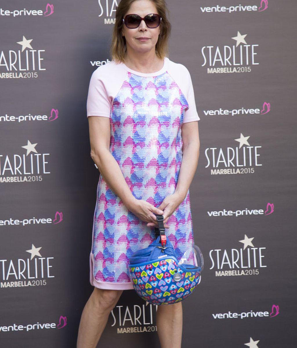 Agatha Ruiz de la Prada con vestido corto de tonos rosas