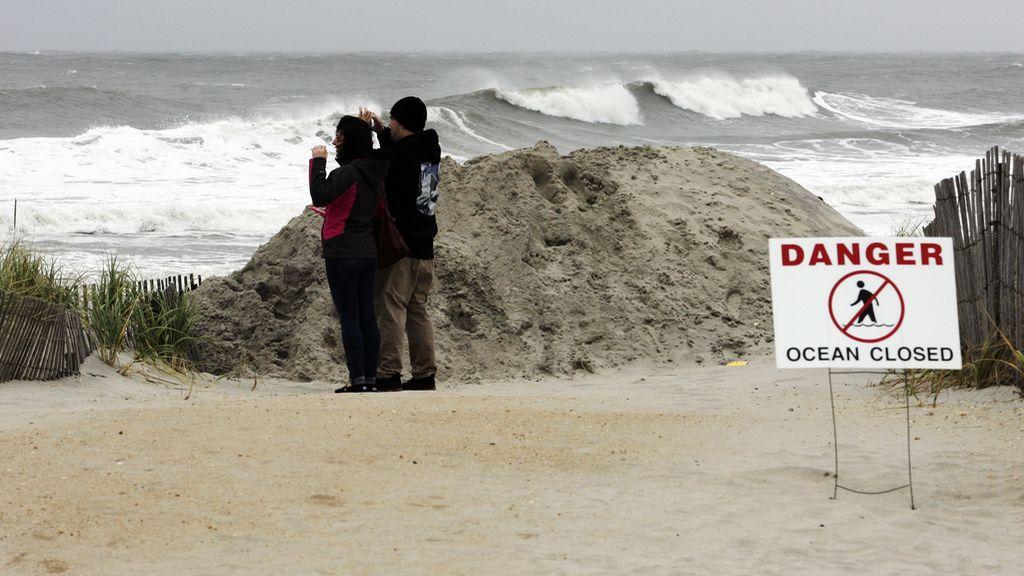 Un cartel de peligro frente a una playa estadounidense alerta sobre el huracán