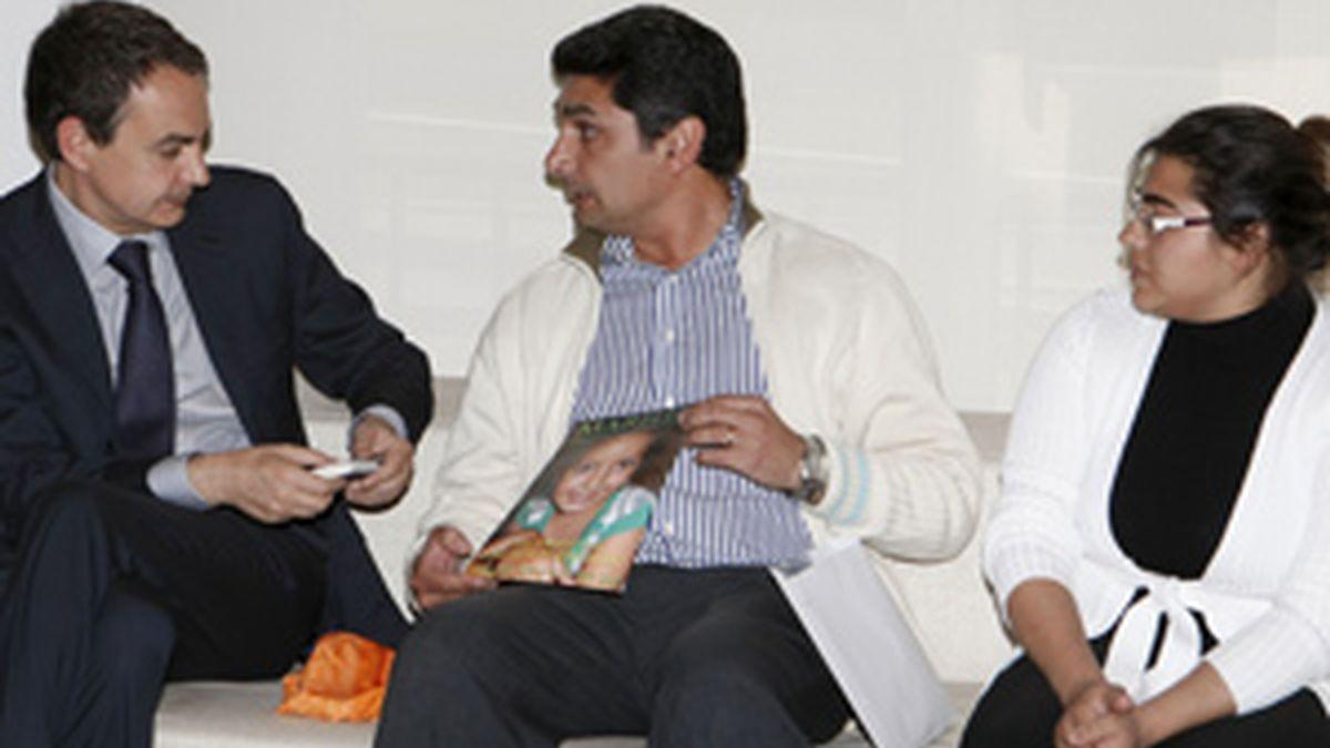 Los padres de Mari Luz con Zapatero. Foto: EFE.