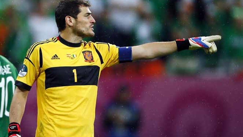 Casillas dirige a su zaga durante el España - Irlanda