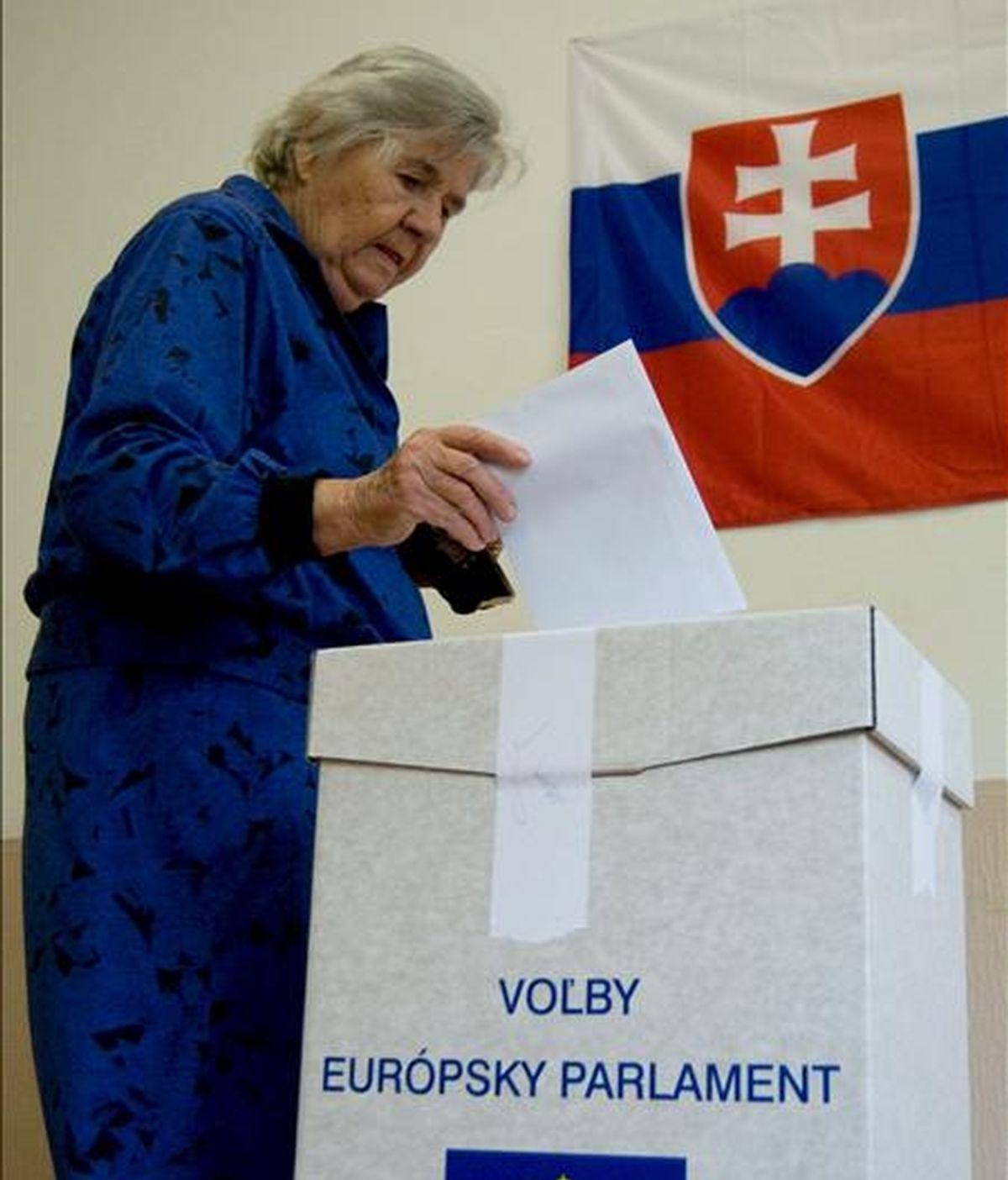 Una anciana ejerce su derecho al voto hoy en un colegio electoral de Bratislava, Eslovaquia. EFE