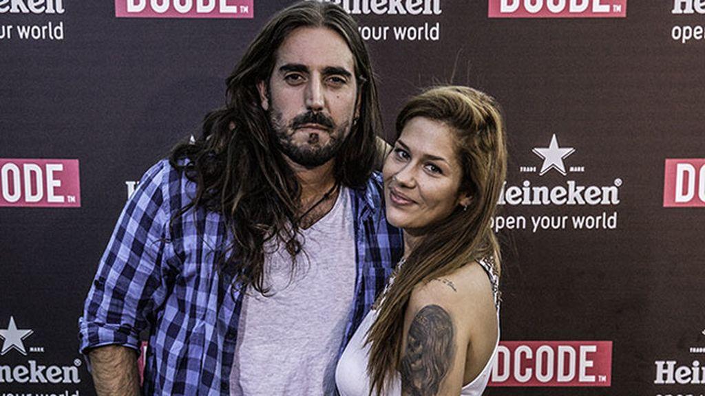 El cantautor Andrés Suárez, junto a una amiga