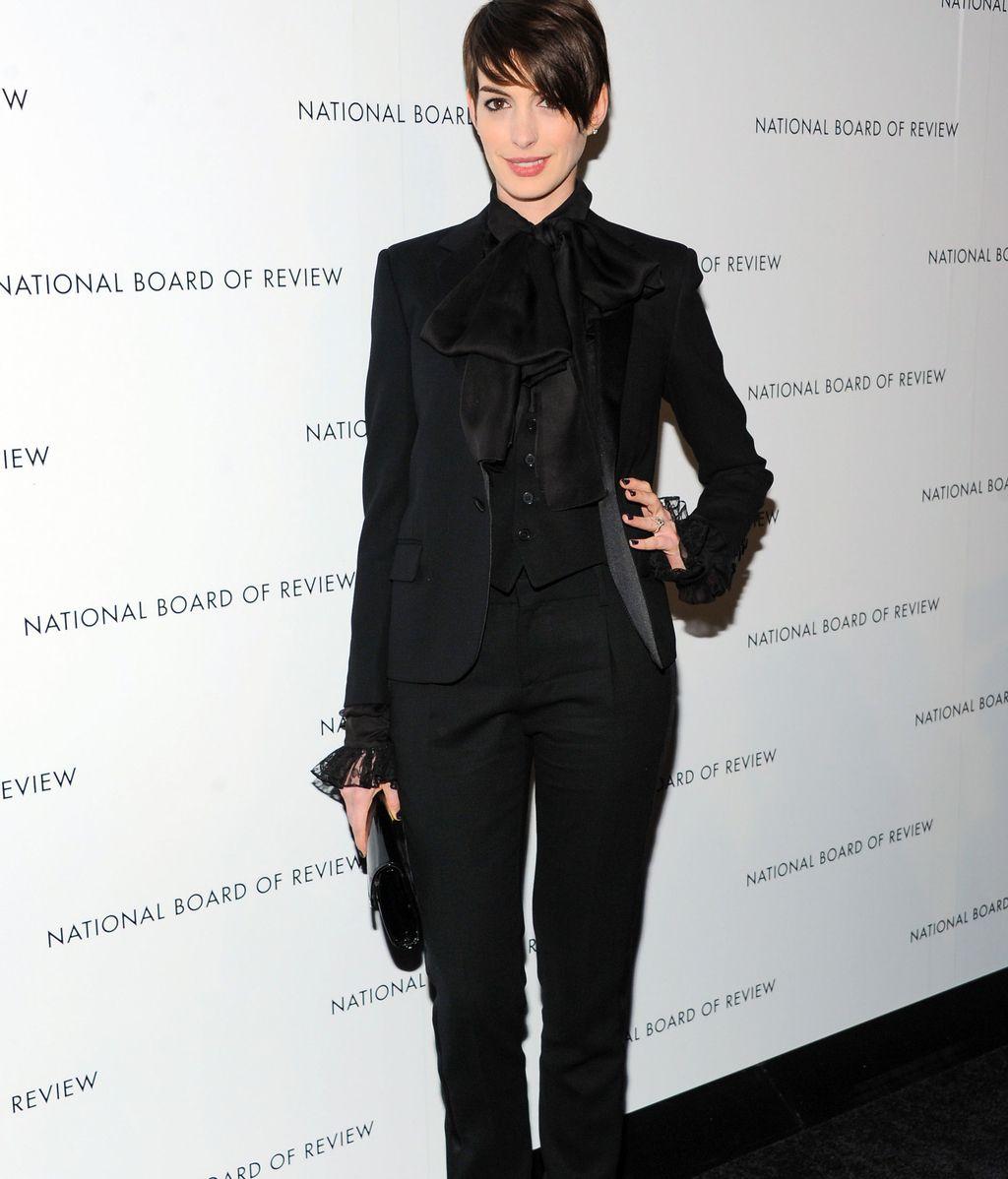 Camisa con lazo y look 'total black', la apuesta de Anne Hathaway