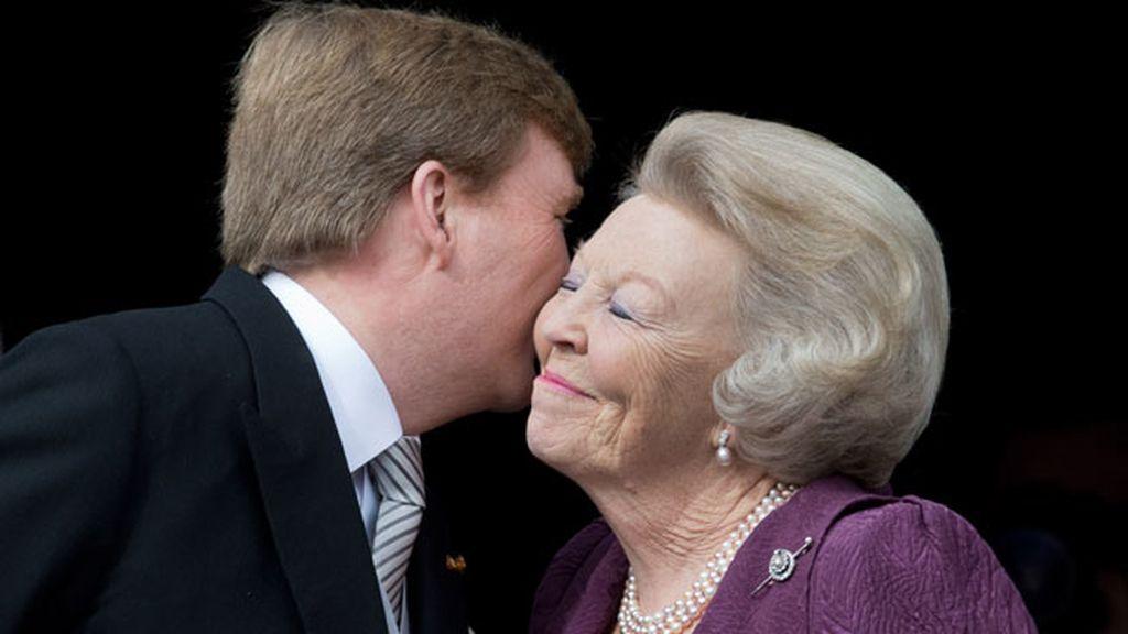Beso entre Beatriz y Guillermo en el balcón