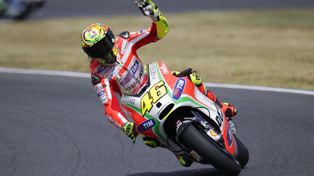Rossi, como en casa, saluda al público durante los libres del  GP de Italia