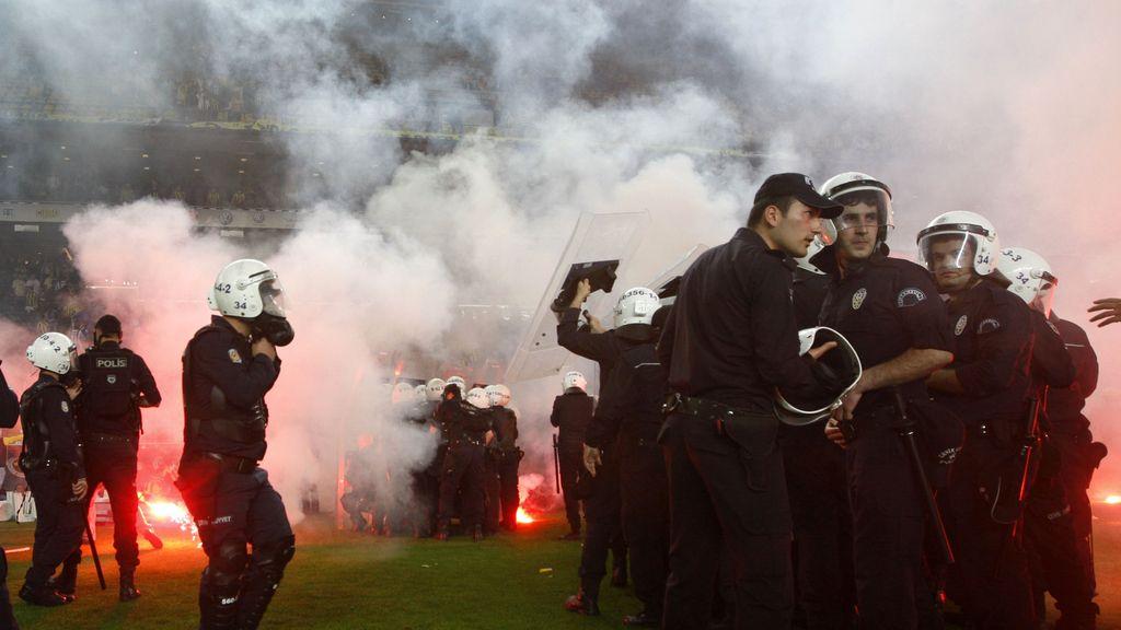 Duro enfrentamiento de los hinchas del Fenerbahce con la policía
